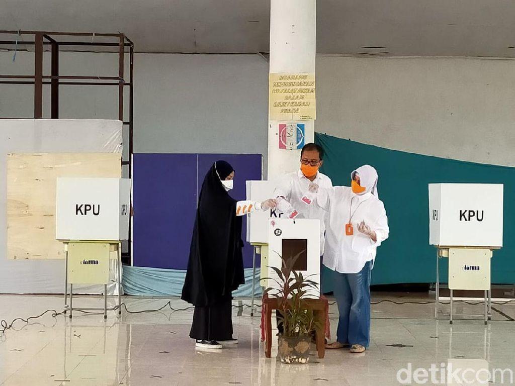 Bareng Istri-Anak, Cawalkot Makassar Danny Pomanto Nyoblos di TPS