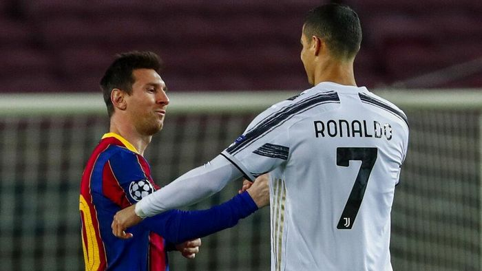 Barcelonas Lionel Messi, left, shakes has with Juventus Cristiano Ronaldo prior of the start of the Champions League group G soccer match between FC Barcelona and Juventus at the Camp Nou stadium in Barcelona, Spain, Tuesday, Dec. 8, 2020. (AP Photo/Joan Monfort)