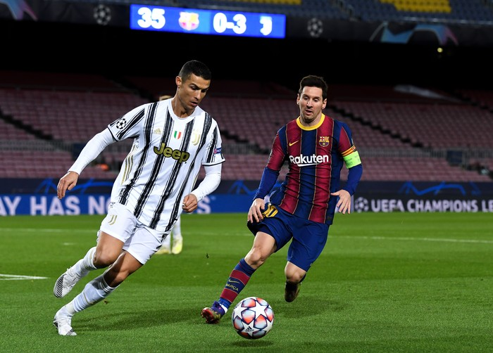 BARCELONA, SPAIN - DECEMBER 08: Cristiano Ronaldo of Juventus F.C. is put under pressure by Lionel Messi of Barcelona during the UEFA Champions League Group G stage match between FC Barcelona and Juventus at Camp Nou on December 08, 2020 in Barcelona, Spain. Sporting stadiums around Spain remain under strict restrictions due to the Coronavirus Pandemic as Government social distancing laws prohibit fans inside venues resulting in games being played behind closed doors. (Photo by David Ramos/Getty Images)