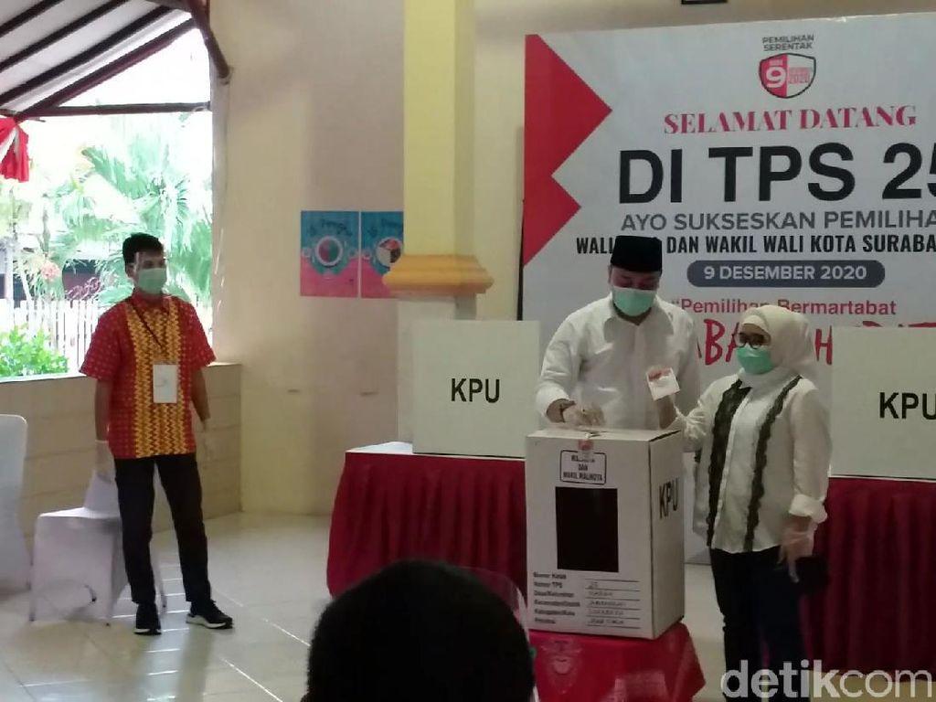Nyoblos Bareng Istri di TPS 25, Eri Cahyadi Yakin Jadi Wali Kota Surabaya