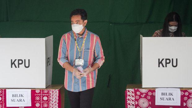 Calon Wali Kota Solo nomer urut satu Gibran Rakabuming Raka (kiri) dan istri Selvi Ananda (kanan) menggunakan hak pilihnya pada Pilkada serentak 2020 di TPS 22, Manahan, Solo, Jawa Tengah, Rabu (9/12/2020). Pemilihan Wali Kota Solo pada Pilkada serentak 2020, PDI Perjuangan mengusung Gibran Rakabuming Raka berpasangan dengan Teguh Prakosa yang bersaing dengan pasangan Bagyo Wahyono dan FX. Suparjo (Bajo) yang maju melalui jalur non partai (independen). ANTARA FOTO/Mohammad Ayudha/wsj.