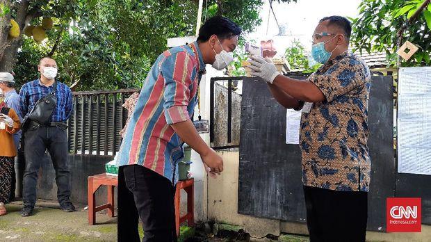 Gibran Rakabuming Raka bersama istrinya menggunakan hak suaranya di TPS 22 Manahan, Banjarsari, Solo. Didampingi sang istri, Gibran tiba di TPS sekitar 08.30 WIB, Rabu (9/12).