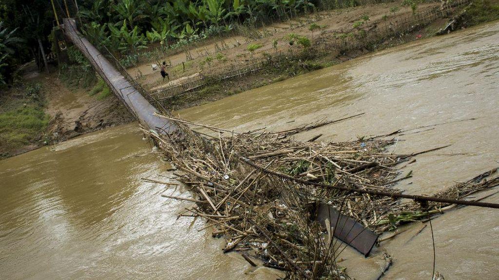 Jembatan Gantung di Lebak Putus Diterjang Banjir