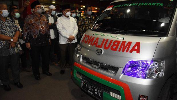 Politisi Gerindra Fadli Zon (kedua kiri) bersama kerabat pengikut Rizieq Shihab menunggu penjemputan jenazah di RS Polri Kramat Jati di Jakarta, Selasa (8/12/2020). Jenazah pengikut Rizieq Shihab yang terlibat baku tembak di Jalan Tol Jakarta-Cikampek pada Senin (7/12) lalu selesai diotopsi dan diserahkan kepada pihak keluarga untuk dibawa ke rumah duka. ANTARA FOTO/Indrianto Eko Suwarso/rwa.