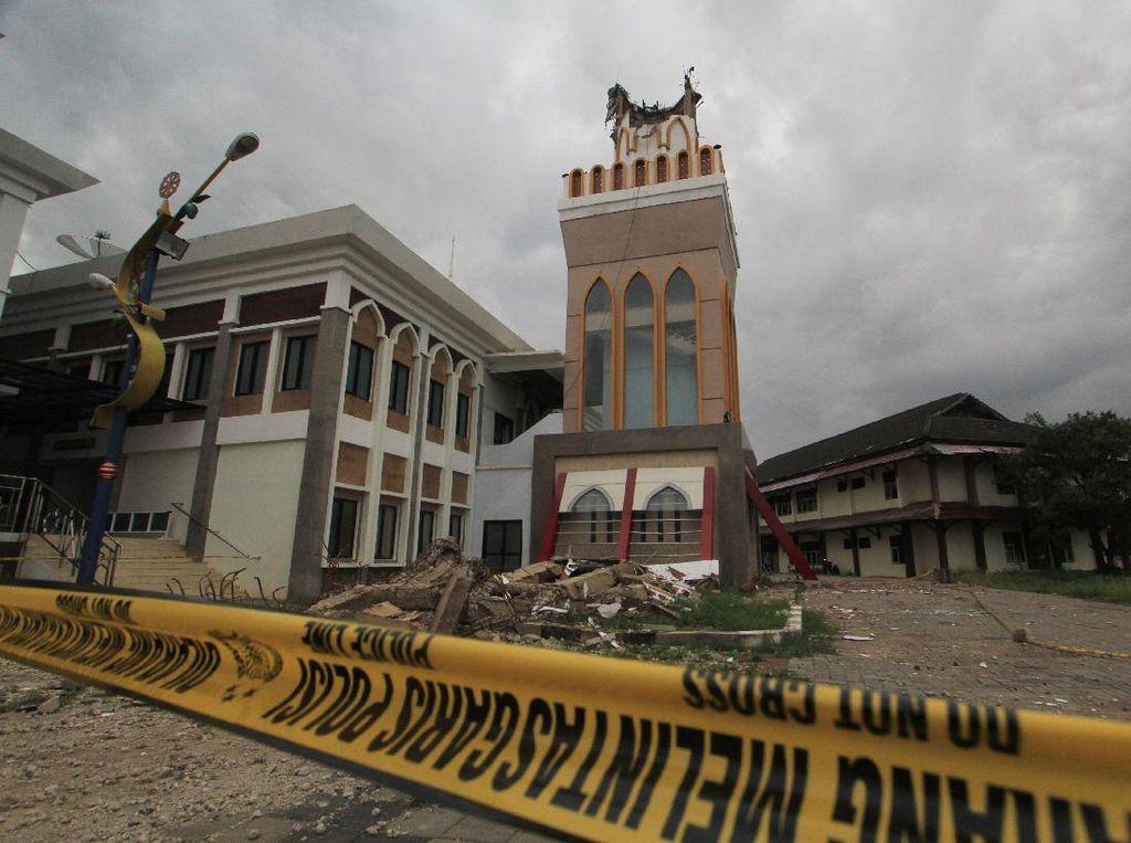 Potret Menara Masjid Islamic Center Roboh