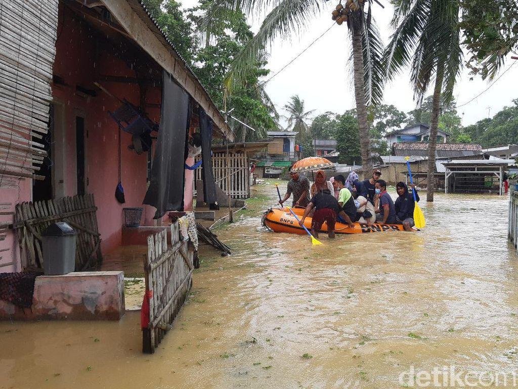 Upaya Ekstra Warga Serang Nyoblos Saat Banjir Belum Surut