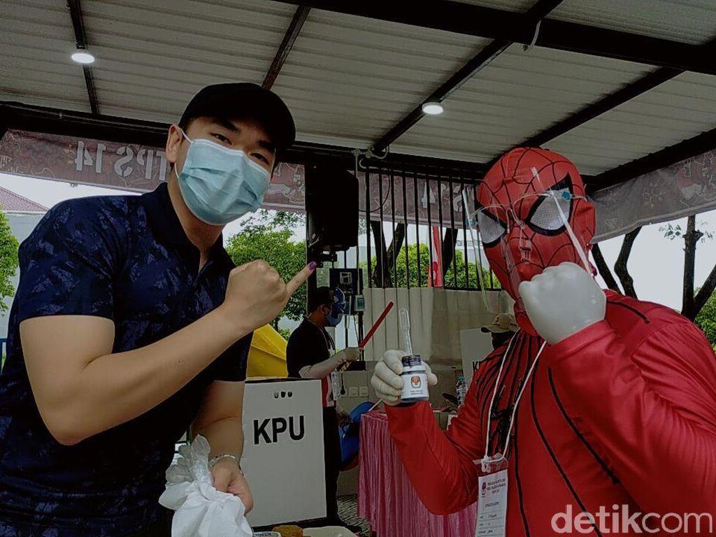 Unik, Petugas KPPS di Surabaya Ini Pakai Kostum Superhero