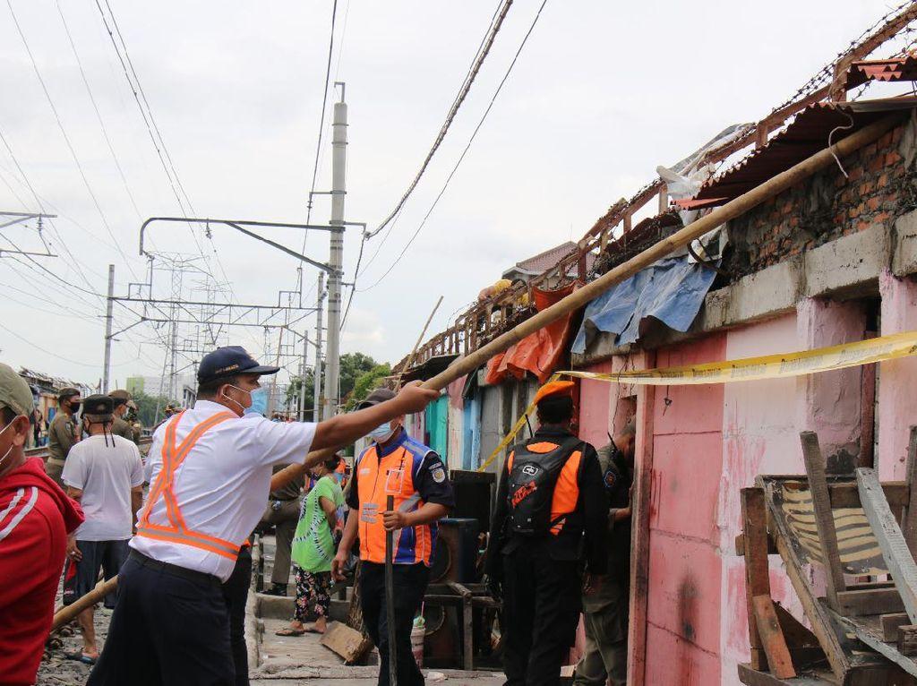 KAI Bersama Pemprov DKI Tertibkan 150 Bangunan Liar di Pinggir Rel Penjaringan