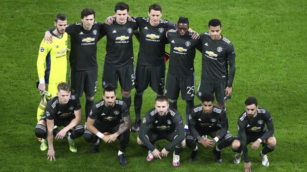 Manchester United players pose for the photographers ahead of the the Champions League group H soccer match between RB Leipzig and Manchester United at the RB Arena in Leipzig, Germany, Tuesday, Dec. 8, 2020. (AP Photo/Matthias Schrader)