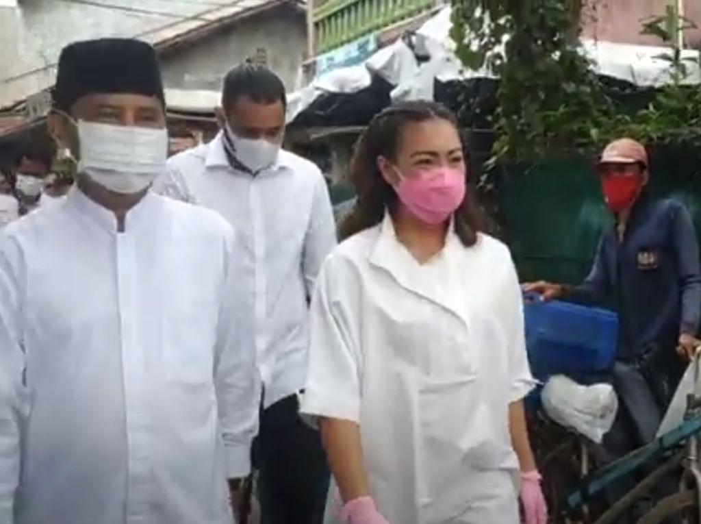 Momen Saraswati Dampingi Muhamad Nyoblos di TPS 29 Ciputat