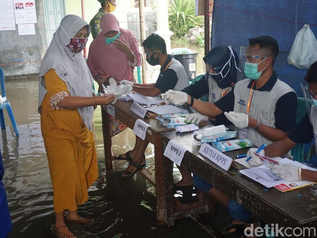 Perjuangan Warga Demak Terabas Banjir Rob Demi ke TPS