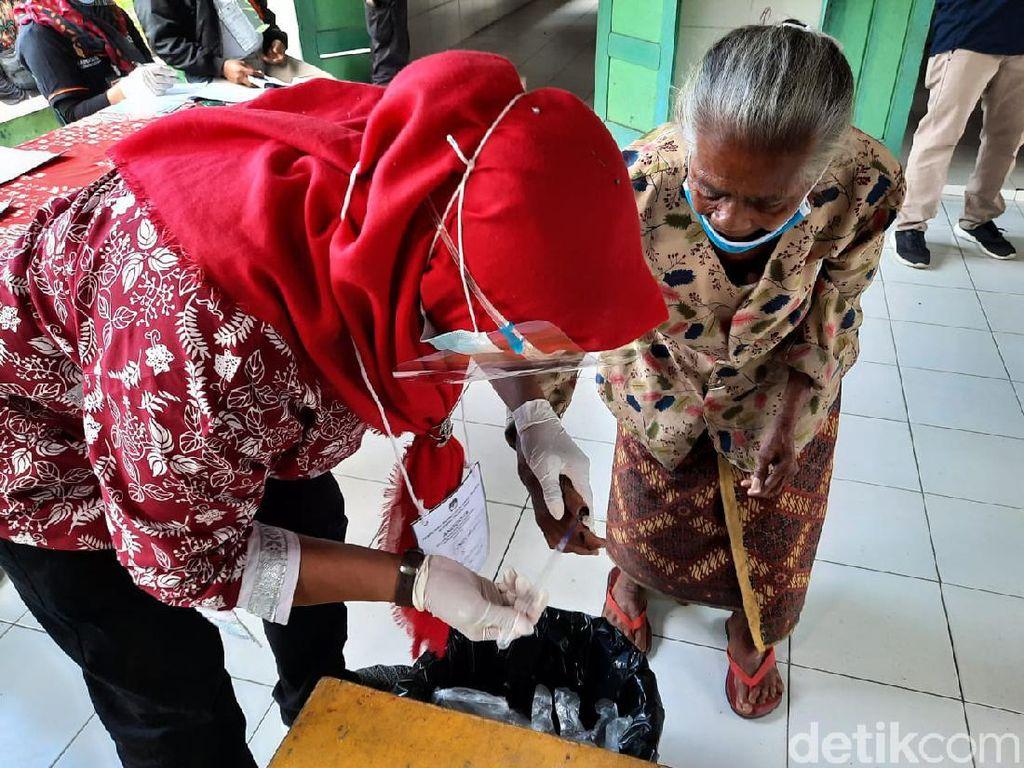 Suasana Pencoblosan di TPS untuk Para Pengungsi Gunung Merapi