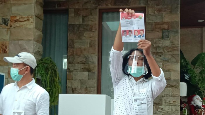 Surat suara pertama yang dibuka di TPS lokasi Bobby Nasution memilih (Ahmad Arfah-detikcom)