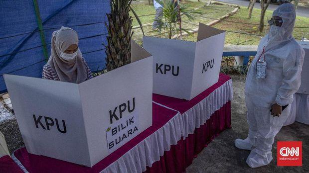 Warga menggunakan hak pilihnya di Tempat Pemungutan Suara (TPS) 46, Serpong Utara, Tangerang Selatan, Rabu, 9 Desember 2020. Pilkada Serentak 2020 menerapkan protokol kesehatan ketat guna mencegah penyebaran virus  COVID-19.CNN Indonesia/Bisma Septalisma