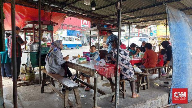 Kelompok warga di Tempat Pemungutan Suara (TPS) 034 Kelurahan Ciputat, Kecamatan Ciputat Kota Tangerang Selatan menolak keberadaan tim pemenangan semua pasangan calon di TPS.