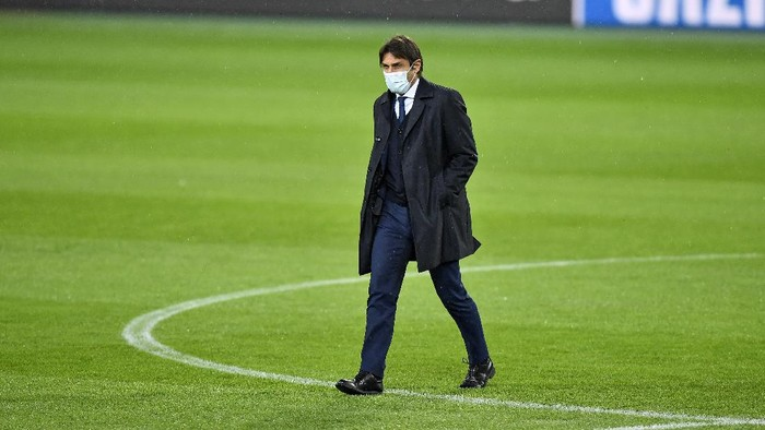 Inter head coach Antonio Conte walks on the pitch at the Borussia Park prior the Champions League group B soccer match between Borussia Moenchengladbach and Inter Milan in Moenchengladbach, Germany, Monday, Nov. 30, 2020. (AP Photo/Martin Meissner)