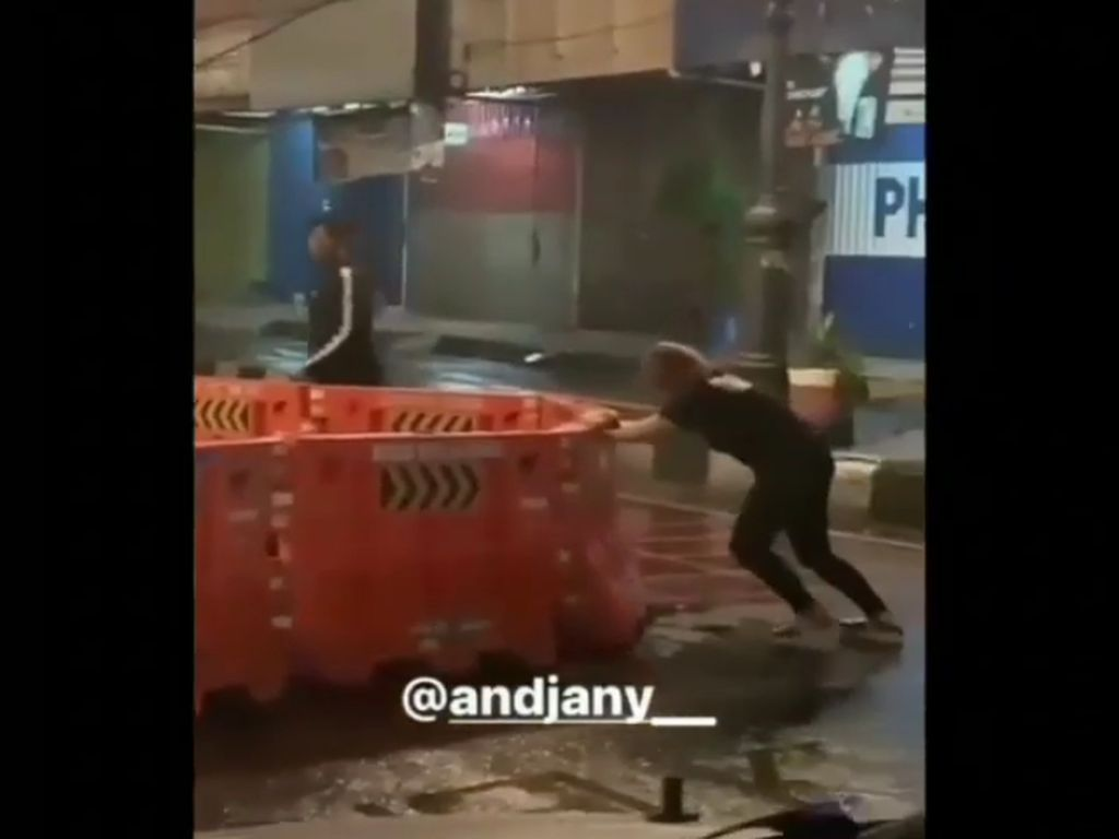 Viral Video Wanita Geser Paksa Barrier Jalan di Bandung, Ini Kata Dishub