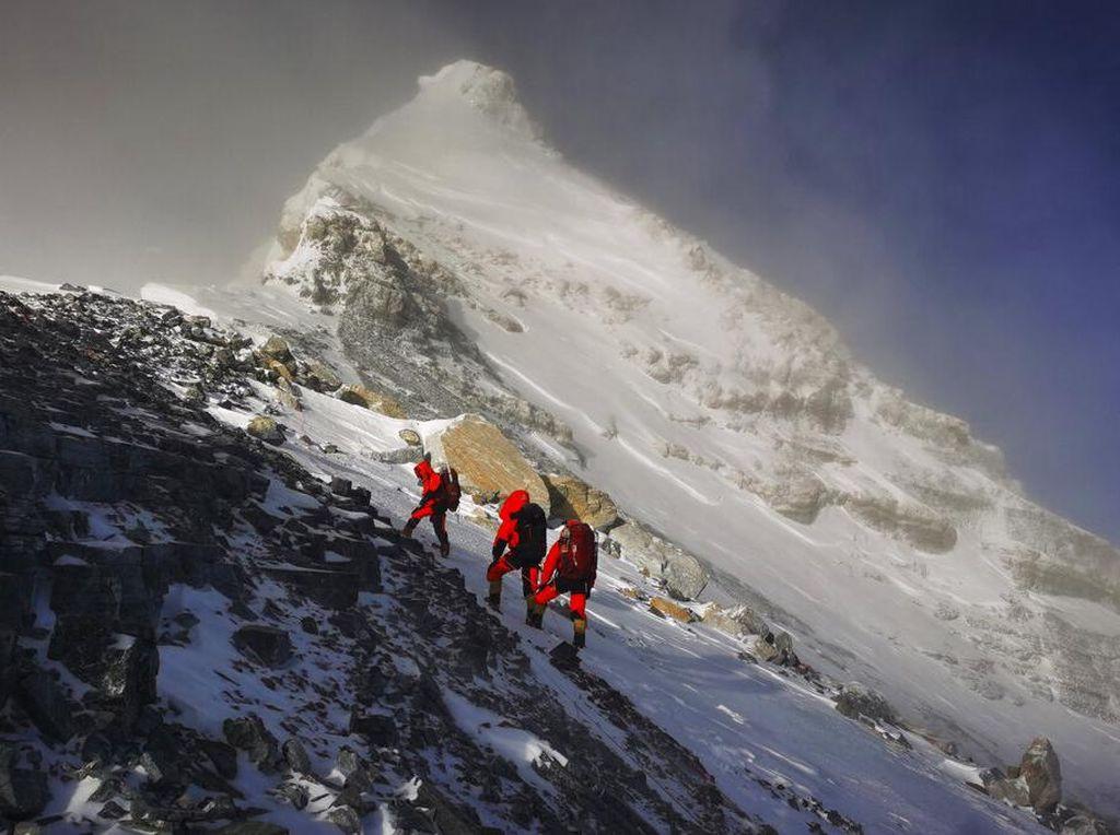 Momen Duet Nepal dan China Hitung Ketinggian Gunung Everest