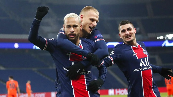 PSGs Neymar, left, celebrates with teammates after scoring his sides opening goal during the Champions League group H soccer match between Paris Saint Germain and Istanbul Basaksehir at the Parc des Princes stadium in Paris, France, Wednesday, Dec. 9, 2020. (AP Photo/Francois Mori)