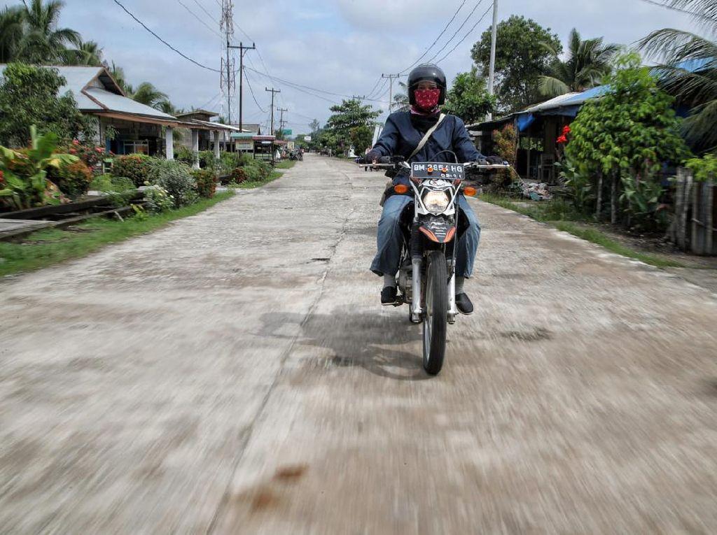 Gaya Mantri BRI Wanita di Rupat, Naik Motor Trail Sambangi Nasabah