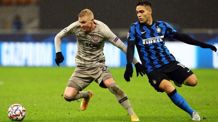 MILAN, ITALY - DECEMBER 09: Viktor Kovalenko of Shakhtar Donetsk battles for possession with Lautaro Martinez of Inter Milan during the UEFA Champions League Group B stage match between FC Internazionale and Shakhtar Donetsk at Stadio Giuseppe Meazza on December 09, 2020 in Milan, Italy. Sporting stadiums around Italy remain under strict restrictions due to the Coronavirus Pandemic as Government social distancing laws prohibit fans inside venues resulting in games being played behind closed doors. (Photo by Marco Luzzani/Getty Images)