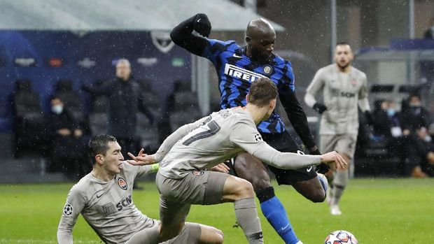 Inter Milan's Romelu Lukaku, right, challenges for the ball with Shakhtar's Valeriy Bondar and his teammate Taras Stepanenko, left, during the Champions League group B soccer match between Inter Milan and Shakhtar Donetsk at the San Siro stadium in Milan, Italy, Wednesday, Dec. 9, 2020. (AP Photo/Antonio Calanni)