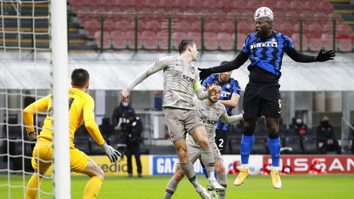 Inter Milans Romelu Lukaku makes an attempt to score during the Champions League group B soccer match between Inter Milan and Shakhtar Donetsk at the San Siro stadium in Milan, Italy, Wednesday, Dec. 9, 2020. (AP Photo/Antonio Calanni)