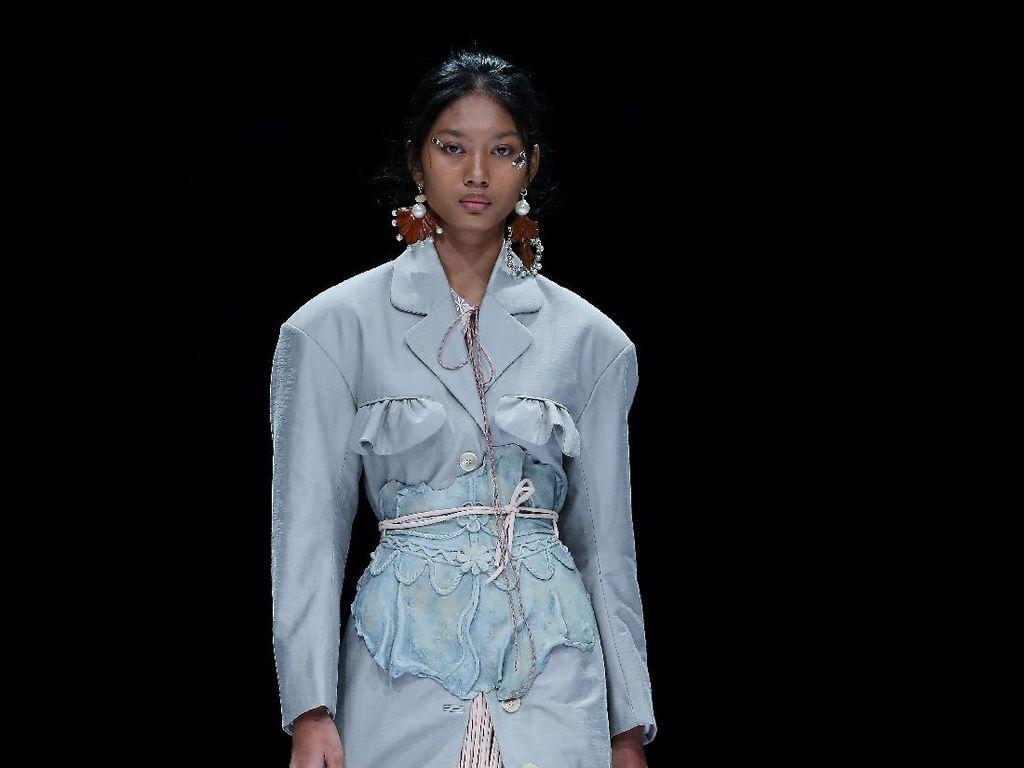 10 Busana Ramah Lingkungan dari Toton Januar di Jakarta Fashion Week 2021