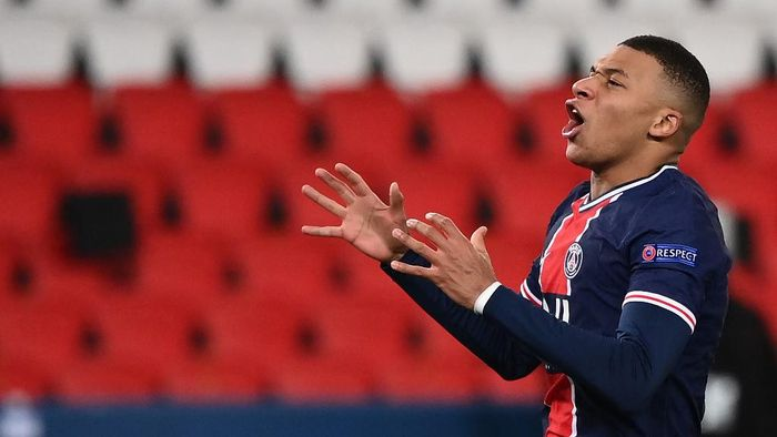 Paris Saint-Germains French forward Kylian Mbappe reacts after missing a goal opportunity during the UEFA Champions League group H football match between Paris Saint-Germain (PSG) and Istanbul Basaksehir FK at the Parc des Princes stadium in Paris, on December 9, 2020. (Photo by FRANCK FIFE / AFP)