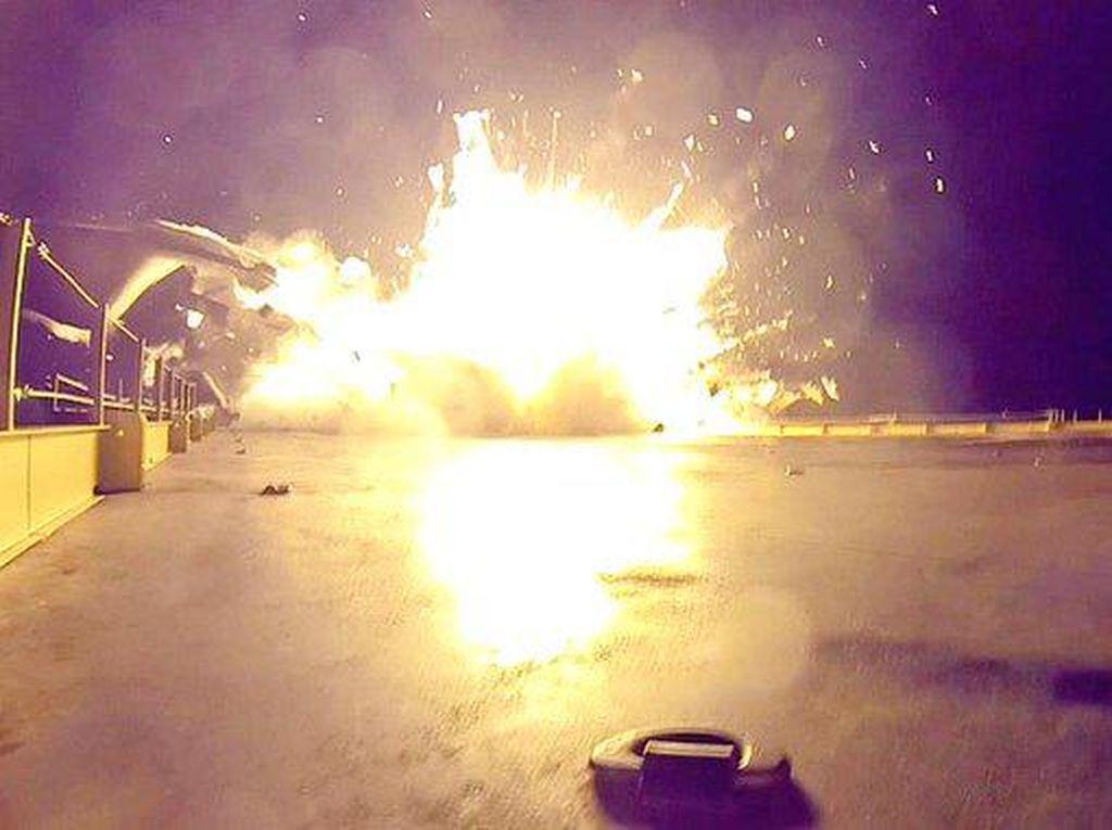 Roket SpaceX Meledak Saat Mendarat, AS Catat 3 Ribu Kematian Corona Sehari