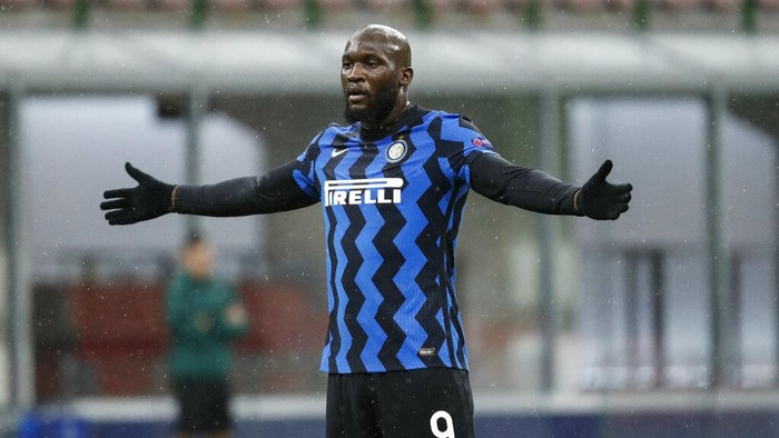 Inter Milans Romelu Lukaku gestures during the Champions League group B soccer match between Inter Milan and Shakhtar Donetsk at the San Siro stadium in Milan, Italy, Wednesday, Dec. 9, 2020. (AP Photo/Antonio Calanni)