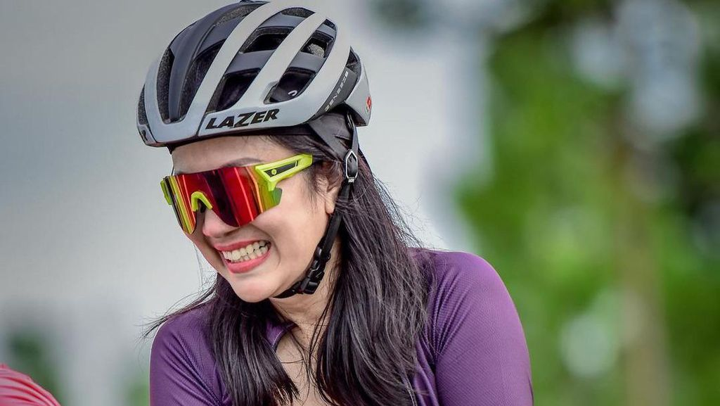 Gaya Tante Ernie Naik Sepeda Bikin Ikut Keringetan