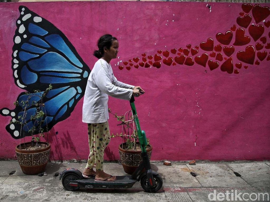 Warna-warni Mural Bikin Kampung Japat Embrat Lebih Hidup