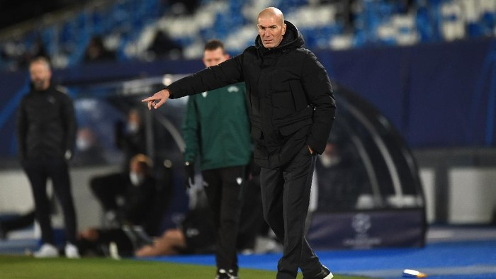 MADRID, SPAIN - DECEMBER 09: Zinedine Zidane, Head Coach of Real Madrid gives their team instructions during the UEFA Champions League Group B stage match between Real Madrid and Borussia Moenchengladbach at Estadio Alfredo di Stefano on December 09, 2020 in Madrid, Spain. Sporting stadiums around Spain remain under strict restrictions due to the Coronavirus Pandemic as Government social distancing laws prohibit fans inside venues resulting in games being played behind closed doors. (Photo by Denis Doyle/Getty Images)