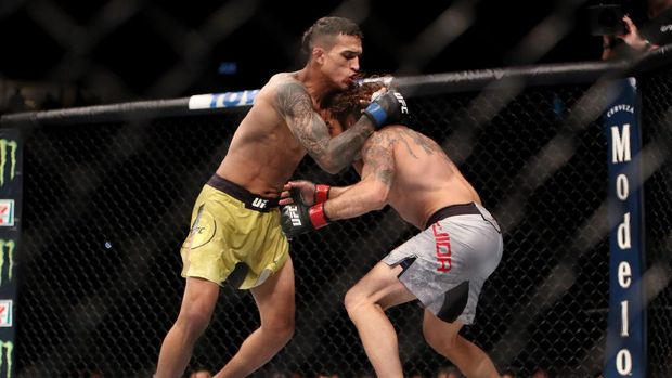 CHICAGO, IL - JUNE 09: Charles Oliveira of Brazil (L) attempts to grapple Clay Guida (R) in the first round in their lightweight bout during the UFC 225: Whittaker v Romero 2 event at the United Center on June 9, 2018 in Chicago, Illinois. Oliveira won by submission.   Dylan Buell/Getty Images/AFP
