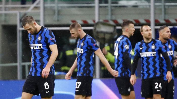Inter Milan players leave the pitch at the end of the Champions League group B soccer match between Inter Milan and Shakhtar Donetsk at the San Siro stadium in Milan, Italy, Wednesday, Dec. 9, 2020. (AP Photo/Antonio Calanni)