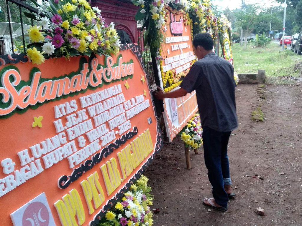 Saling Klaim Menang, 2 Paslon Pilbup Pangandaran Terima Karangan Bunga