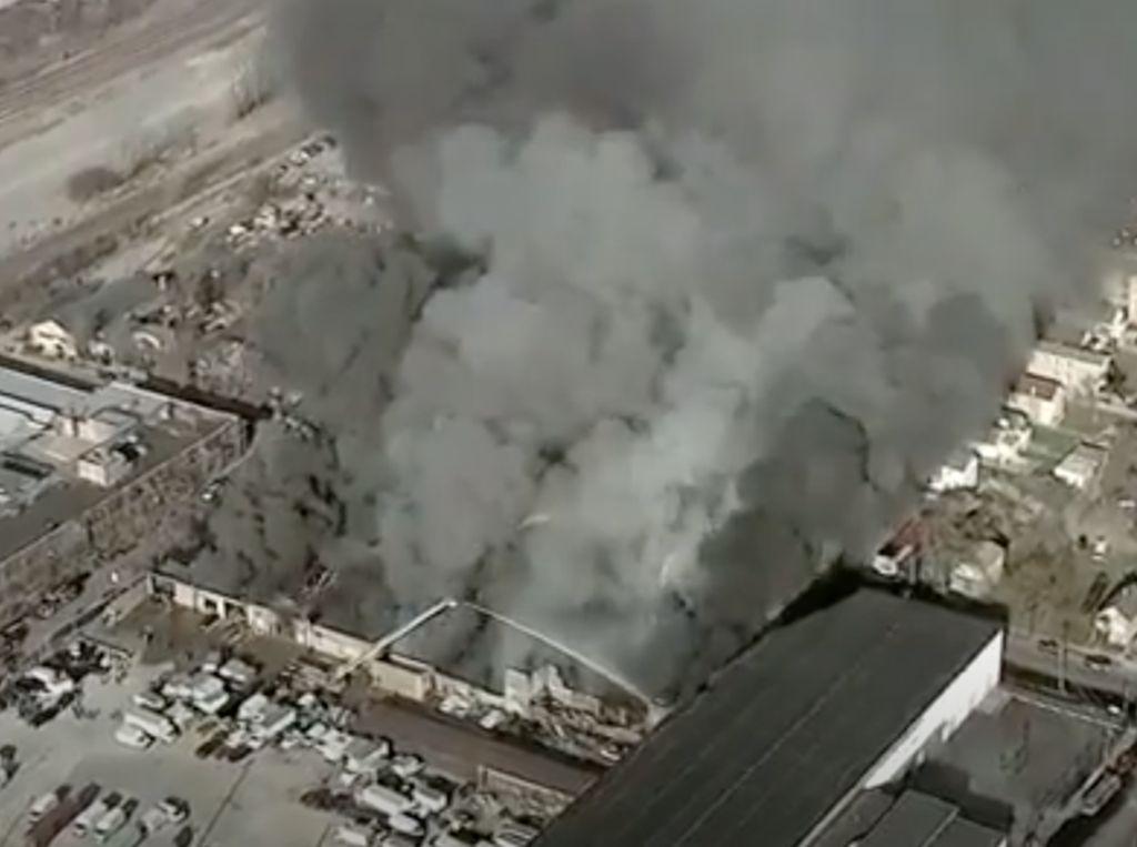 Kebakaran Dahsyat di Chicago Hanguskan Gudang Onderdil Mobil