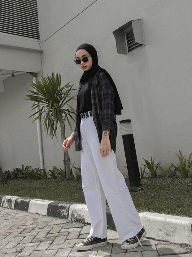 Kemeja dengan celana putih