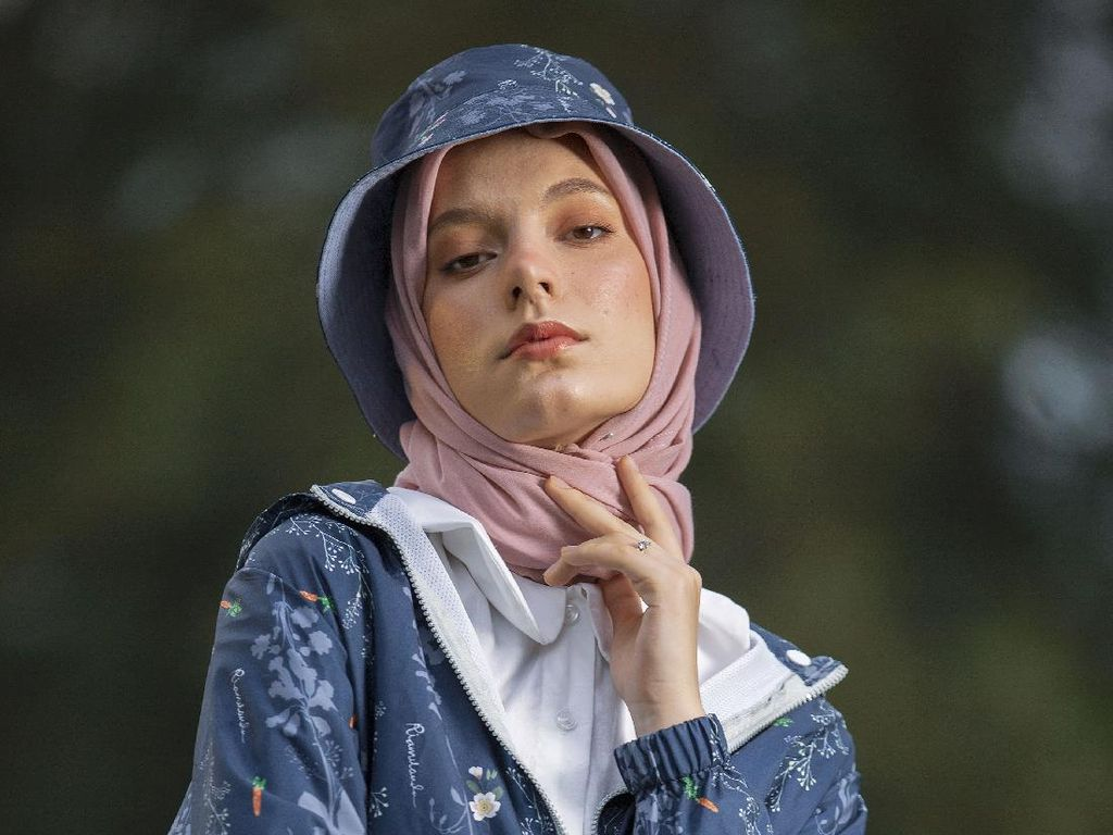 10 Koleksi Busana Muslim Ria Miranda Bergaya Klasik Hingga Tema Liburan