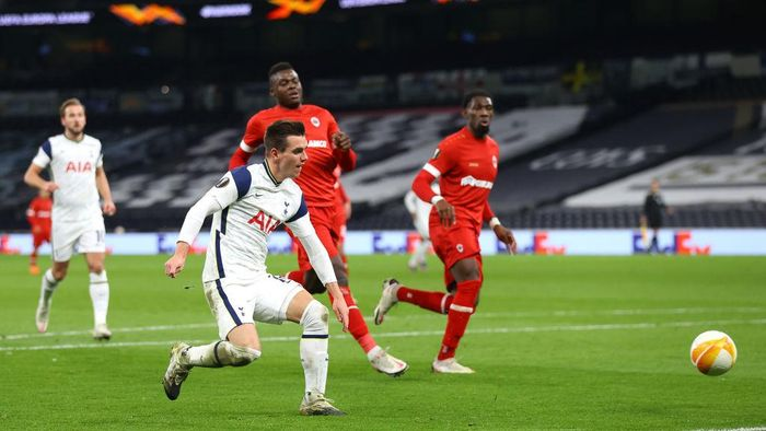 LONDON, ENGLAND - DECEMBER 10: Giovani Lo Celso of Tottenham Hotspur scores their teams second goal during the UEFA Europa League Group J stage match between Tottenham Hotspur and Royal Antwerp at Tottenham Hotspur Stadium on December 10, 2020 in London, England. A limited number of fans (2000) are welcomed back to stadiums to watch elite football across England. This was following easing of restrictions on spectators in tiers one and two areas only. (Photo by Julian Finney/Getty Images)