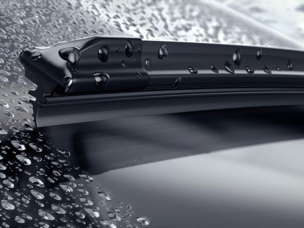 Bagaimana Supaya Kaca Mobil Punya Efek Daun Talas saat Hujan?