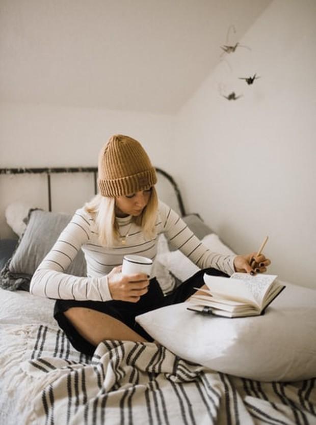Menuliskan apa yang kamu pikirkan sebelum tidur bisa lebih membantu dari yang kamu sadari.
