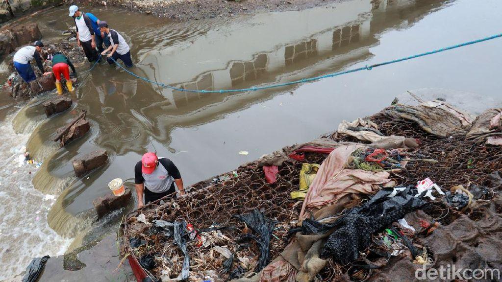 Tim Gober Angkut 3 Sampah Kasur di Sungai Cikapundung