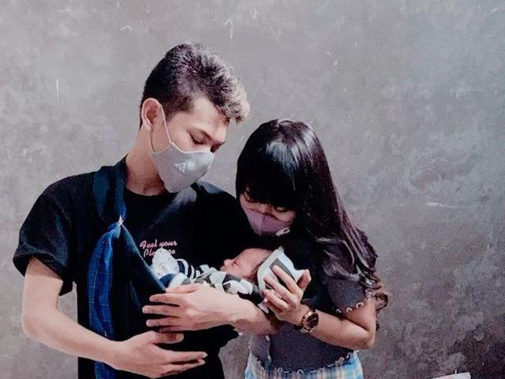 8 Potret Tegar Septian & Keluarga Kecilnya yang Sering Di-bully Netizen