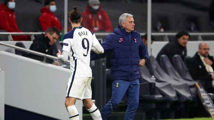 LONDON, ENGLAND - DECEMBER 10: Jose Mourinho, Manager of Tottenham Hotspur embraces Gareth Bale of Tottenham Hotspur after he is substituted during the UEFA Europa League Group J stage match between Tottenham Hotspur and Royal Antwerp at Tottenham Hotspur Stadium on December 10, 2020 in London, England. A limited number of fans (2000) are welcomed back to stadiums to watch elite football across England. This was following easing of restrictions on spectators in tiers one and two areas only. (Photo by Julian Finney/Getty Images)