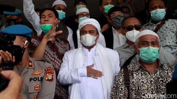 Habib Rizieq Shihab tiba di Polda Metro Jaya sebagai tersangka kasus kerumunan di Petamburan. Setiba di Polda Metro Jaya, ia sempat mengacungkan jempol.