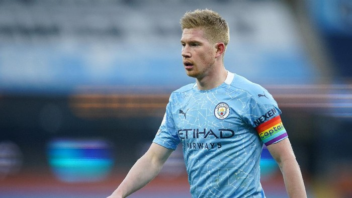 MANCHESTER, ENGLAND - DECEMBER 05: Kevin De Bruyne of Manchester City looks on whilst wearing a rainbow coloured captains armband in support of the Stonewall Rainbow Laces campaign during the Premier League match between Manchester City and Fulham at Etihad Stadium on December 05, 2020 in Manchester, England. The match will be played without fans, behind closed doors as a Covid-19 precaution. (Photo by Dave Thompson - Pool/Getty Images)