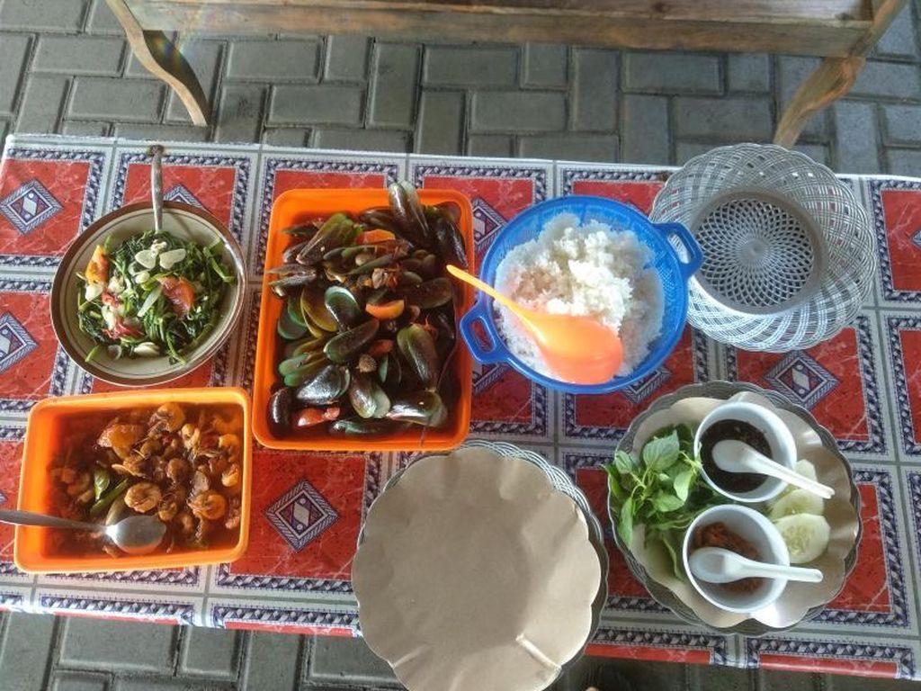 Sensasi Makan Kerang Hijau di Pantai Depok Yogyakarta