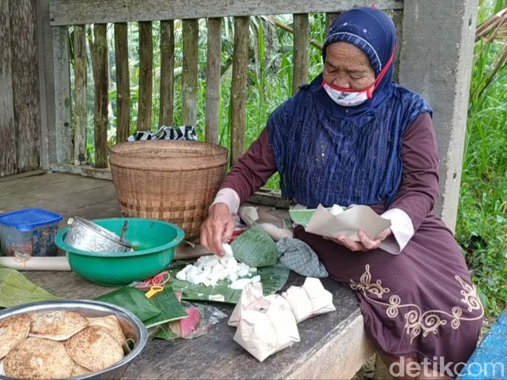 Cerita Hidup Sederhana Nenek Simis Pacitan yang Jual Jajanan Legendaris
